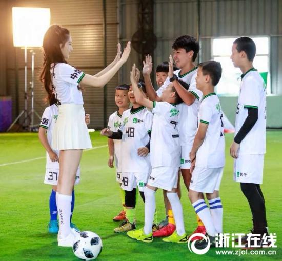 """浙江娃与梅西同出场,""""踢球吧少年强""""助足球小将圆梦"""