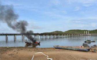 广西防城港:海上快艇突然起火 消防紧急扑救