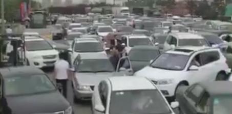 免费加油疯狂了 有人提前一夜排队造成拥堵