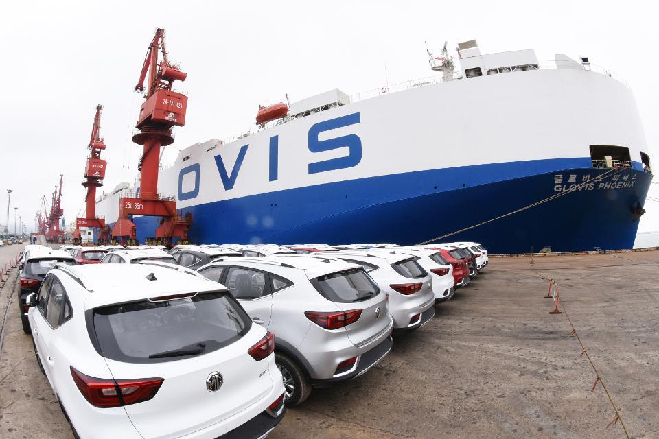 上海汽车集团生产的MG品牌汽车正在码头等待装船运往美国