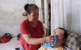 永城母亲照顾植物人儿子15年 只盼听儿叫声妈