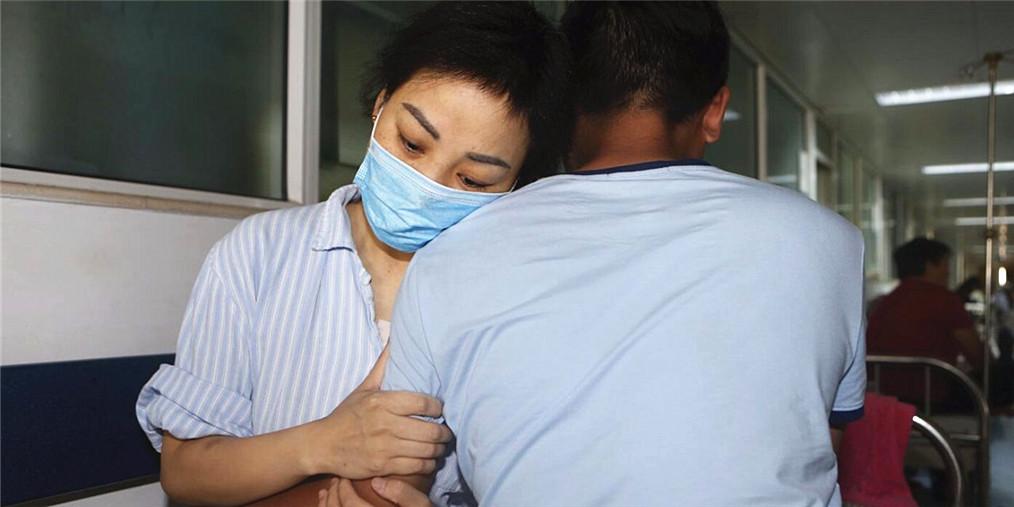 女子患血癌 男友每天睡3小时搬货挣钱