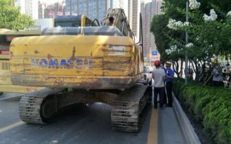 履带工程车违规上路 破坏路面被查处