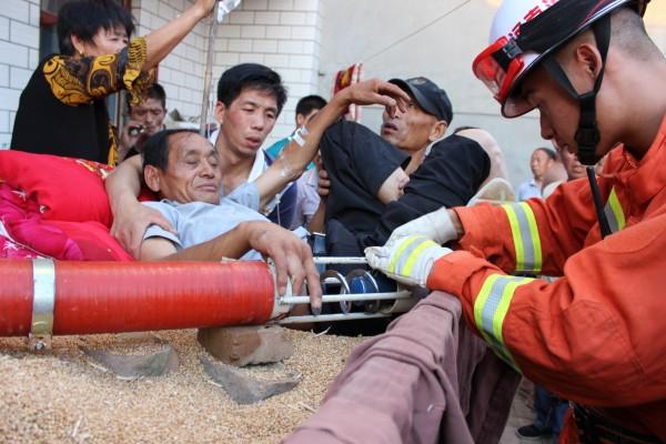 一男子手指被卡抽粮机内消防官兵火速救援