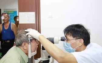 琼中县为贫困白内障患者进行免费复明手术