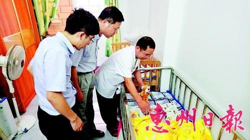 志愿者到大亚湾区儿童福利院给孩子们送端午礼物