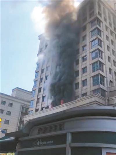 商务楼火警 员工为保客户资料抱着电脑主机逃下11楼