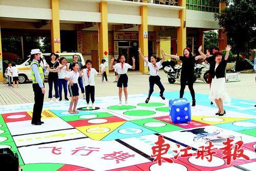交通安全飞行棋游戏进校园开展交通安全教育