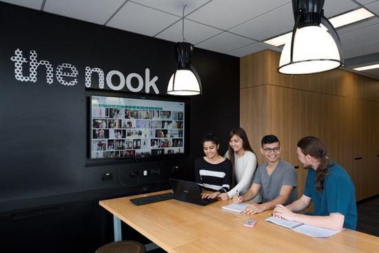悉尼科技大学Insearch学院学生进行小组讨论