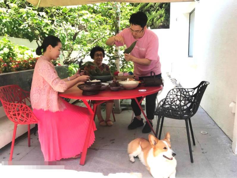 林依轮提前庆结婚23周年 与家人温馨包粽子