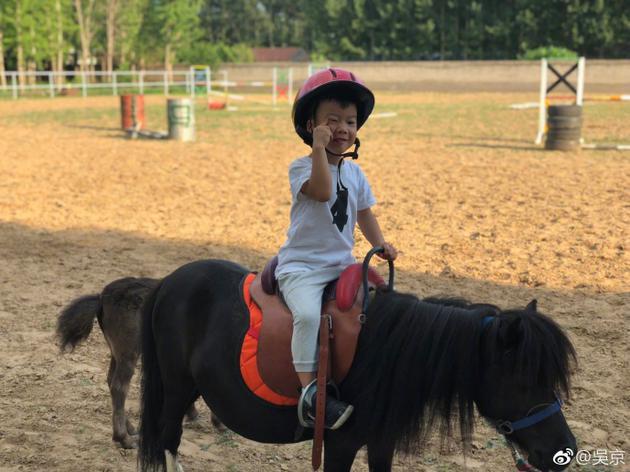 吴京晒儿子骑马照 调侃吴所谓:竟然和我比帅