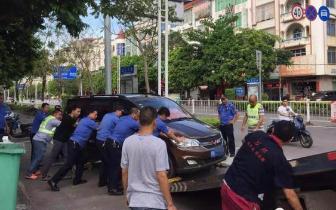 东兴交警联合多部门开展二手车违法占道经营整治行动