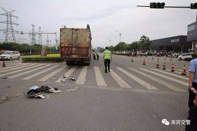 痛心!一家三口过十字路口时遭大货车碾压