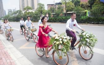 """南宁一对夫妻举办""""共享单车婚礼"""" 一路骑车微笑"""