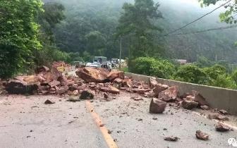 桂平发生山体坍塌 把过往车辆堵住了
