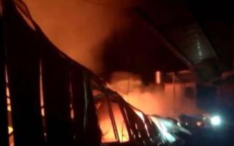 17日夜里福州一厂房突发大火 过火面积350平方米