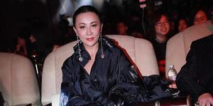 刘嘉玲穿反季靴子展女王范