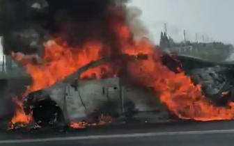泰兴一辆小轿车行驶途中发生自燃 所幸无人员伤亡