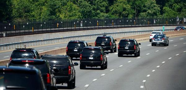 """实拍特朗普的假期:""""超级车队""""护送!"""
