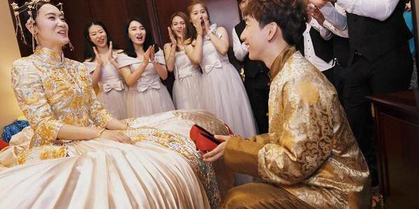 韩天宇今日迎娶漂亮姐姐 遭美女调戏被摸胸