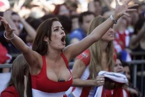 德国美女球迷胸夹手机爆红