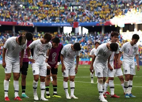韩国球员赛后向远道而来的韩国球迷鞠躬致歉