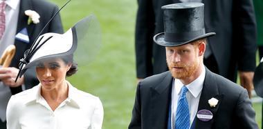 梅根王妃出席皇家赛马会 与哈里王子撒狗粮