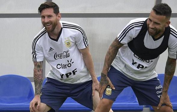 阿根廷备战克罗地亚 梅西面露笑容