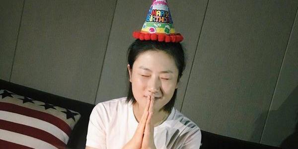 丁宁28岁生日表白球迷 戴卡通帽许愿萌态十足