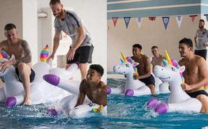 震惊!英格兰众将水中玩充气娃娃