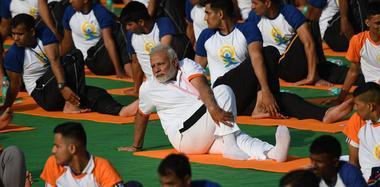 """印度总理莫迪与民众同练瑜伽 姿势""""妖娆"""""""