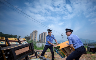 鼓楼公安分局在福飞南路集中销毁赌博机数十台