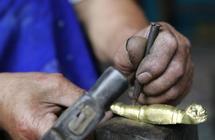 民间匠人:数千次锤打炼一把铜壶