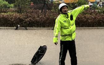 暴雨中的坚守:福州20日大雨中的温暖一幕