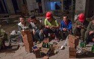 工人熬夜搬砖看世界杯
