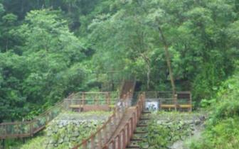 """台湾新寮溪秘境瀑布封闭9年 桥梁修缮后""""重生"""""""