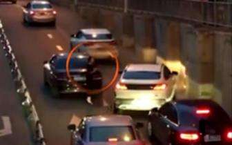 攀枝花一大货车侧翻埋压小轿车 已致2人死亡