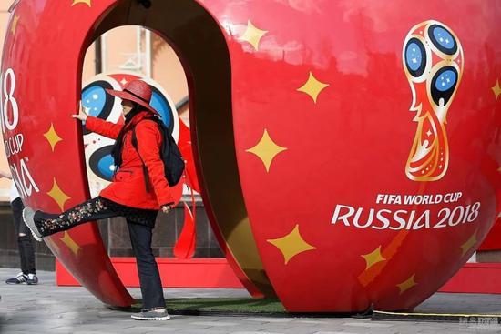 足球明星人形立牌合影,拍照发朋友圈即可获得小礼品一份; 互动体验二图片