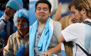 球迷绝望落泪 情侣依偎惹人怜