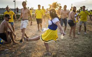 瑞典球迷齐聚狂欢 美女穿凉鞋踢球
