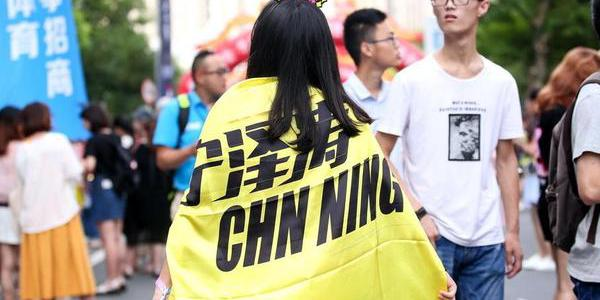 千里迢迢集体打Call!宁泽涛迷妹挤爆游泳馆