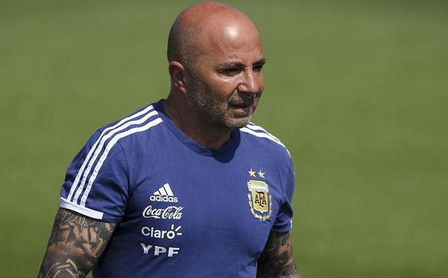 阿根廷训练:桑保利现身 两眼无神