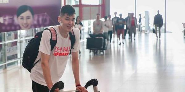 男篮红队赴深圳备战中韩世预赛 沙拉木现身