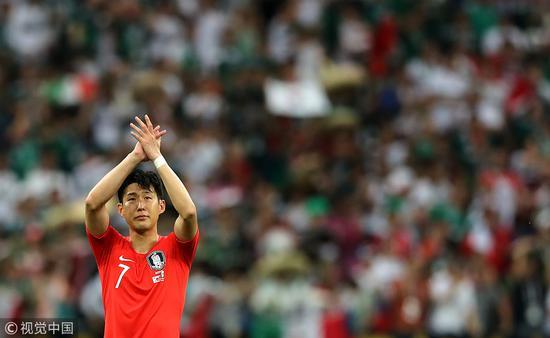 韩国2两败后,孙兴慜眼含热泪向球迷致谢。
