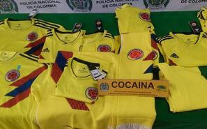 哥伦比亚警方展出疑藏可卡因的球衣