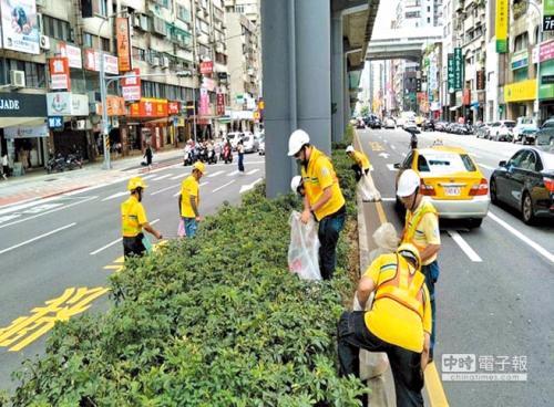 台北环保局严惩安全岛丢垃圾现象 重罚6000台币