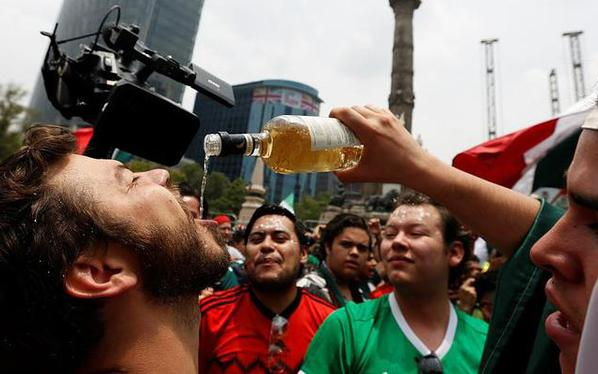 美酒分你…赢韩国后墨西哥球迷高兴坏了