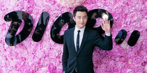 黄轩亮相Dior秀场经典黑色西装演绎法式优雅