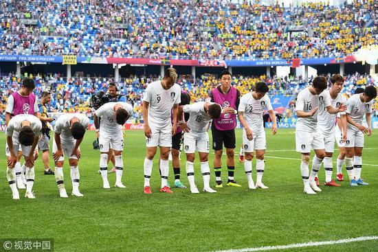 韩国球员向球迷们鞠躬致歉。