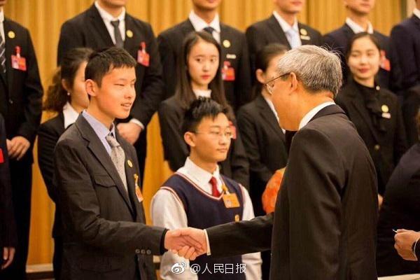 王蕴与同学合影(中间个子最高的就是男猪脚)。上海市盲童学校供图
